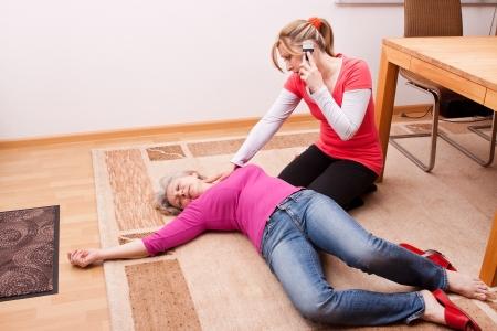 blond mÅ'oda kobieta sprawia, że poÅ'Ä…czenie alarmowe Zdjęcie Seryjne