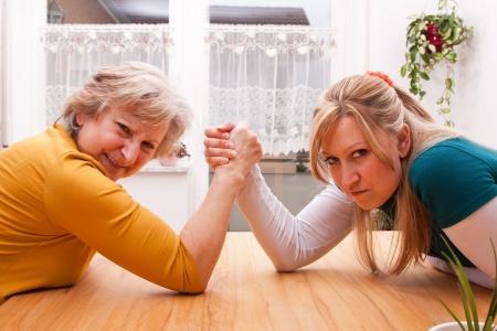 mujeres peleando: madre e hija miden sus fuerzas Foto de archivo