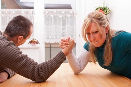 personas discutiendo: el hombre y la mujer mide su poder Foto de archivo