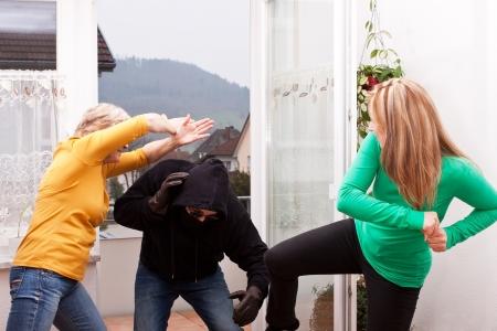 defensa personal: ladrón hombre es atacado por las mujeres