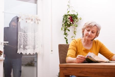 female senior does not note the burglar