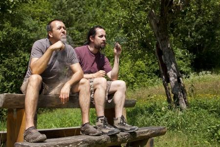 evaporarse: dos amigos se evaporan e-cigarrillo en la naturaleza