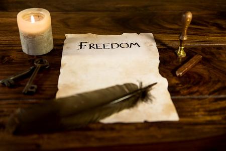 oud document: een oud document met het woord vrijheid