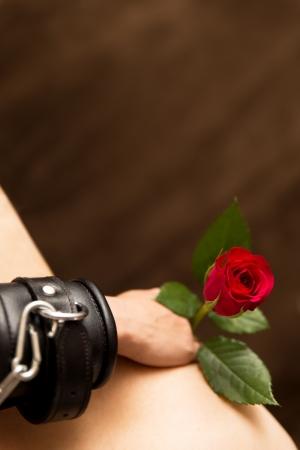 복종 여성 몸과 빨간 장미의 근접 촬영