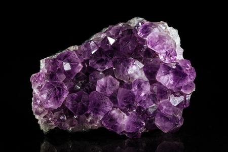 esoterismo: Piedra mineral Amatista frente negro