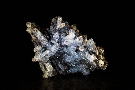 esot�risme: cristal Aquamarine avec tourmaline noire en face de noir Banque d'images