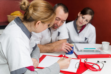 medical people: personal de enfermer�a en casa hace pausa para el caf� y habla de la obra