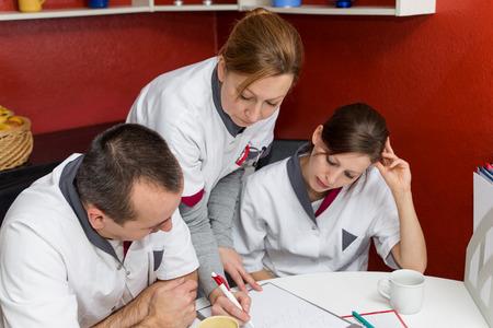 educacion fisica: enfermera instruye a otros empleados en la sala de descanso