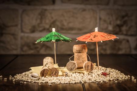 Concept vakantie op een strand met wijn kurk cijfers