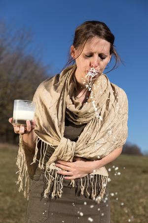 intolerancia: mujer joven est� teniendo una intolerancia a la lactosa Foto de archivo