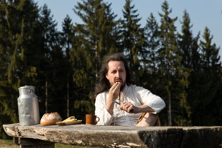 boor: a rustically man making a picnic in the nature