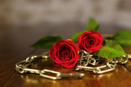 チェーンと赤いバラのクローズ アップ