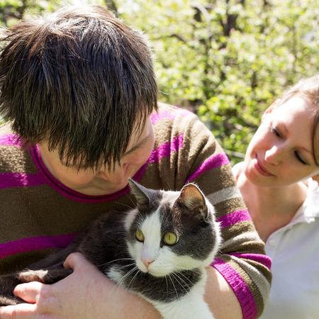gehandicapte vrouw knuffels een leuke kat