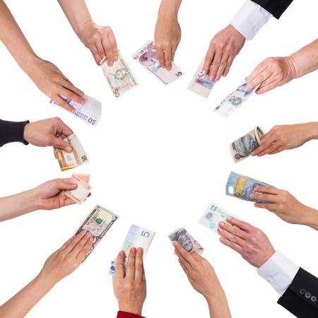 fondos negocios: concepto de crowdfunding con un montón de manos con diferentes monedas Foto de archivo