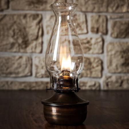 candil: Lámpara de aceite de la vendimia en una mesa de madera
