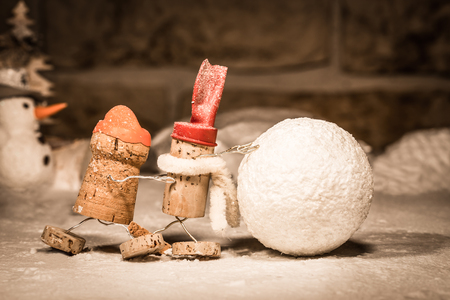 humanly: Concept Teamwork Snowball rolling, wine cork figures