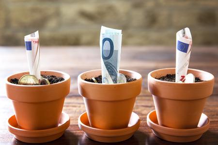 コンセプト ファイナンシャル ・ プランニングや投資ユーロ紙幣と硬貨を 写真素材