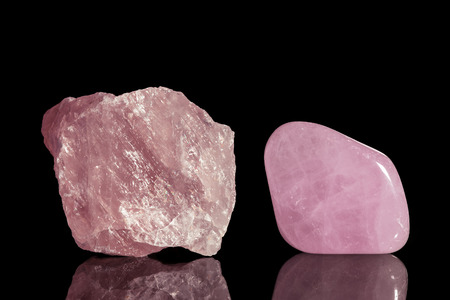 rose quartz, uncut and Tumble finishing with black background and reflection Stockfoto