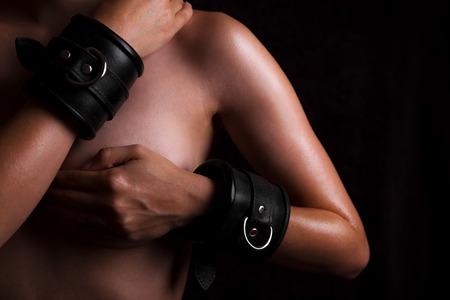 nude young: красивая обнаженная женщина с кожаными наручниками