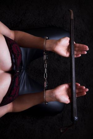 kneeing uległe oferuje brązowy skórzany bicz Zdjęcie Seryjne