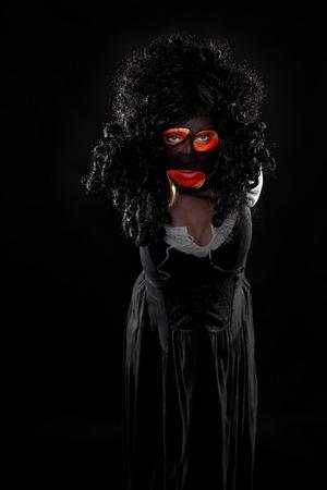 psychopathe: whitch effrayant en face de noir est � la recherche pour le spectateur