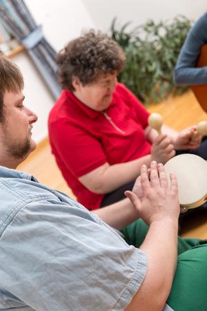 musicoterapia: una terapia di musica con una donna disabile mentale Archivio Fotografico
