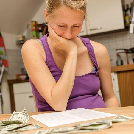 problemas familiares: joven embarazada con un montón de problemas financieros