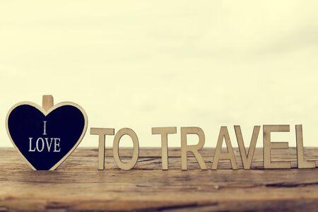 bonne aventure: coeur bois avec le texte i aime, notion de voyage Banque d'images