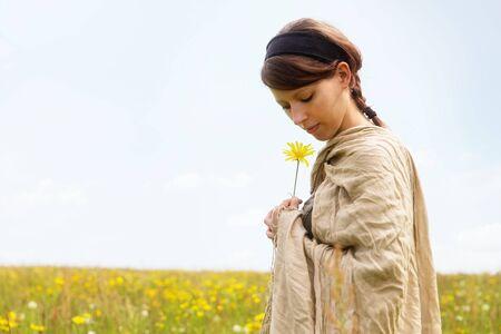femme romantique: Belle jeune femme dans une prairie de fleurs sauvages romantique