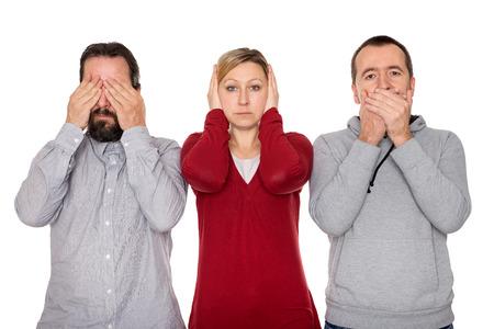 Dwaj mężczyźni i kobieta pokazuje trzy mądre małpy