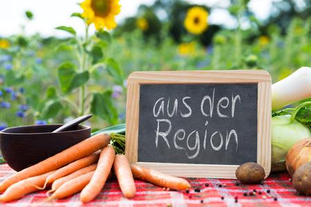 sustentabilidad: verduras orgánicas en una mesa, el concepto de la agricultura ecológica, la agricultura y la vida sana