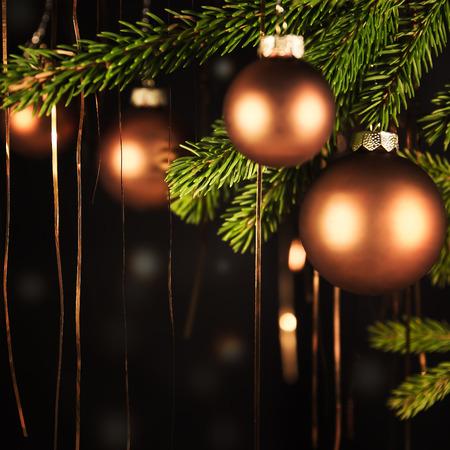 cobre: fondo negro de la Navidad con oropel y bolas