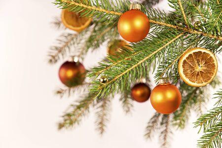 naranja arbol: bolas de navidad de color naranja en un árbol en frente de blanco Foto de archivo