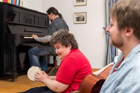 discapacidad: una mujer con discapacidad mental aprendizaje de un instrumento musical