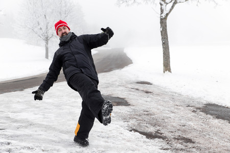 L'homme glisse sur une rue glacée Banque d'images - 46407558