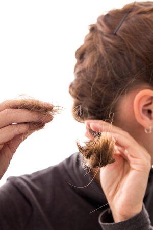 hormonas: mujer joven con la alopecia, el concepto de p�rdida de cabello sobre las hormonas o signos de deficiencia, mujer joven con alopecia, aislado en blanco, concepto de p�rdida de cabello sobre las hormonas o signos de deficiencia Foto de archivo