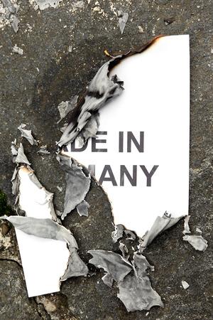 papel quemado: papel quemado hecho en alemania, yace en el suelo, el concepto de traición a la confianza