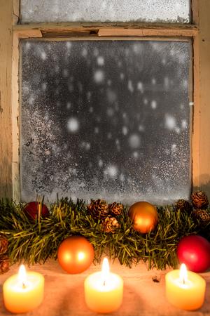 velas de navidad: romántica decoración de navidad en una ventana de 19 Foto de archivo