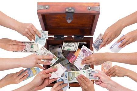 diferentes monedas concepto de crowdfunding aislado en blanco Foto de archivo