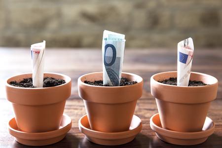 dinero euros: concepto de inversión financiera y la planificación con euro Foto de archivo