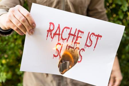 venganza: Mujer es la celebración de papel en llamas, con el alemán condena Rache ist suess, significa dulce venganza