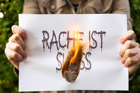 revenge: Mujer es la celebraci�n de papel en llamas, con el alem�n condena Rache ist suess, significa dulce venganza