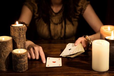 Kobieta psychiczna jest przepowiadanie przyszłości z kart do gry, koncepcja tarota i numerologii