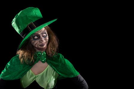 gente loca: Leprechaun chica mirando a copyspace, el concepto de Irlanda y st. día de los patricks