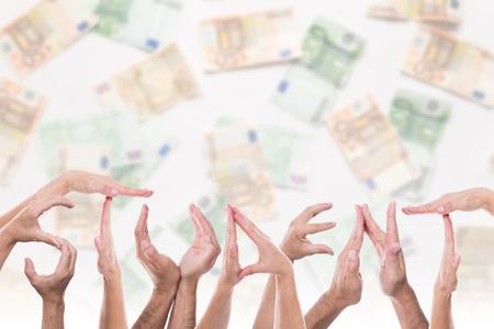 mucho dinero: estudiante de la palabra delante de un montón de dinero
