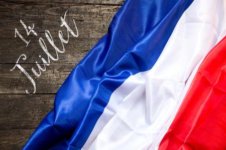 julio: Bandera de Francia en el fondo de madera, el concepto de día nacional 14ª de julio de