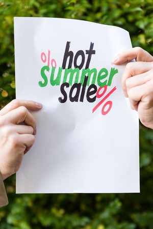 oracion: manos que sostienen el papel con frase, la venta de verano caliente