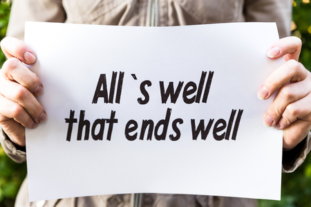 oracion: La mujer est� sosteniendo un papel, con los all`s frase que bien acaba