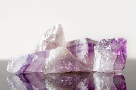 therapie: crystal healing Stone amethyst, uncut, concept therapie and engery