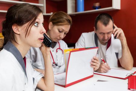 emergencia medica: concepto de la enfermera está recibiendo una queja en el teléfono Foto de archivo